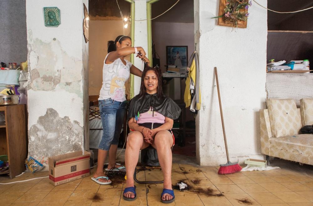 · Ludmila puts into practice her hair styling techniques learned a year ago, on her neighbour, Maricela. April 10th, 2010. // · Ludmila pone en practica su conocimiento de estilista que aprendió hace un año en su vecina Maricela. 10 de abril de 2010.