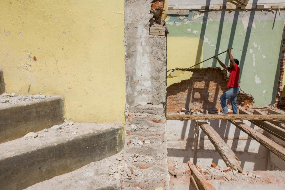 · Beto, originary of Veracruz, was one of the two people responsible for all the demolition of the building. With no mechanical or safety equipment, and working in the most precarious way, he was subject to any sort of accident at all times. December, 20th, 2010 // · Beto, originario de Veracruz, fue uno de los dos responsables por la demolicion del edificio. Sin máquinas y equipo de seguridad, trabajaba de la manera más precaria, sujeto a un accidente a cualquier momento. 20 de diciembre de 2010.