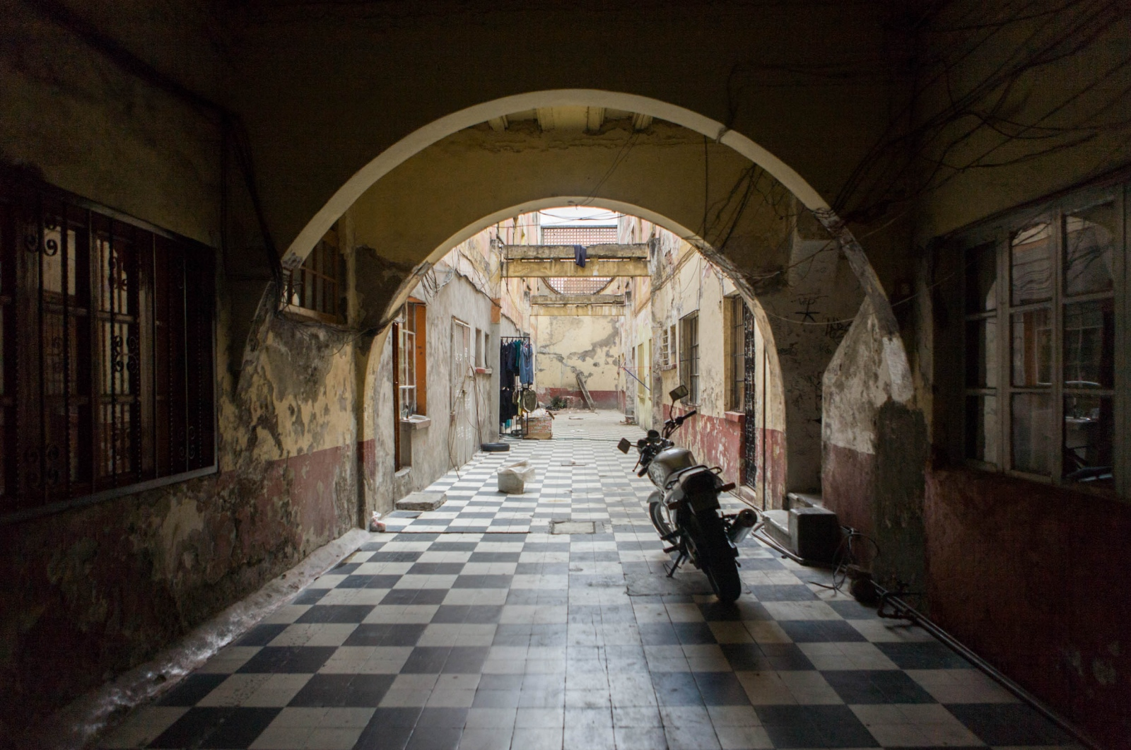 · Patio and entrance to the building, where many festivities have been celebrated and the place where the teenagers usually hang-out. Due to severe innundations caused during the raining season, the building has sunk with time. The back section of the building, after the arches will be demolished to give place to two fou-story buildings and the the frontal region will be renovated. April 7th, 2010 // ·  Patio y entrada a la vecindad, lugar de innumerables celebraciones familiares. A causa de las severas inundaciones durante la época de lluvias, el suelo se ha hundido con el tiempo. La parte frontal se restaurará y las viviendas traseras serán demolidas para dar sitio a nuevas estructuras. 10 de abril de 2010.