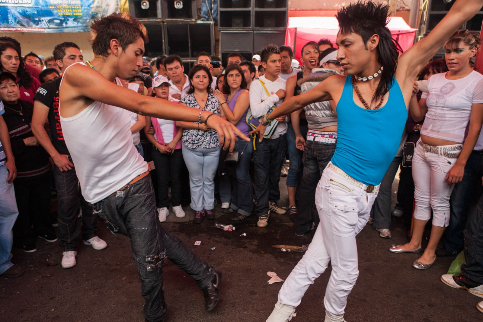 · Couple dancing a coordinated and choreographed dance. After one song, the couples change. Stylized clothes and hairstyles are essential among teenagers. Tepito, México D.F. October, 2009. // · Baile coordinado y coreografado, común en las tocadas sonideras, demonstrando los talentos de los clubes de bailes. Tepito, México D.F. Octubre, 2009
