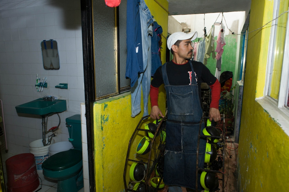 · Sonido Duende´s helper carries spider lights from deposit to truck. Popotla, Mexico City. March 2009. // ·Chalan de Sonido Duende lleva luces araña desde bodega hacia camioneta. Popotla, Mexico D.F. Marzo 2009