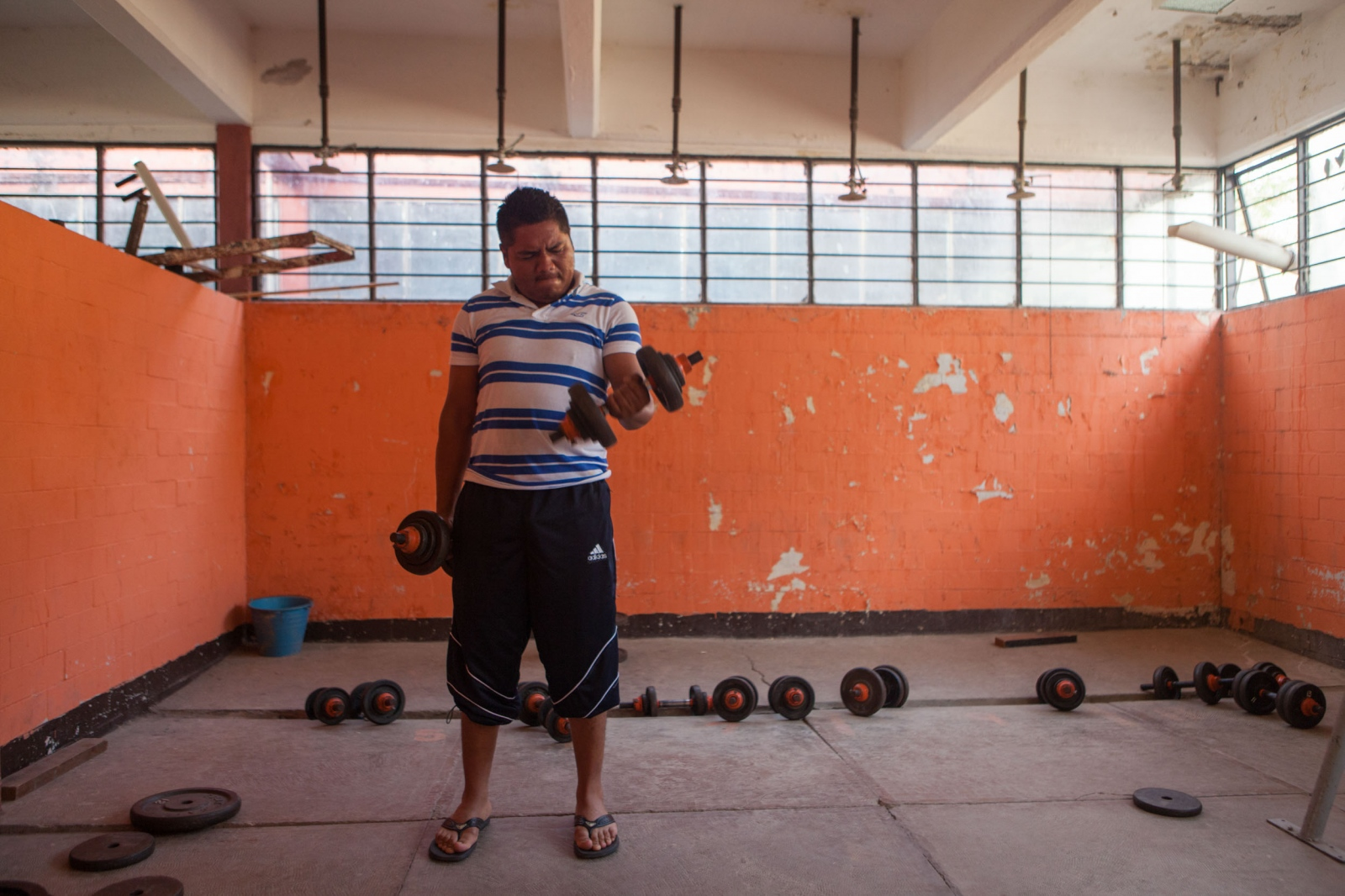 ·Tucui, as he is known by his school mates is a fourth year student who has taken advantage of the modest gym, training every morning, in the time that clases have been suspended. // · Tucui, como es conocido por sus compañeros, es alumno de cuarto año y ha aprovechado el tiempo en el que no ha podido tener clases para ejercitarse en el modesto gimnasio de la escuela.