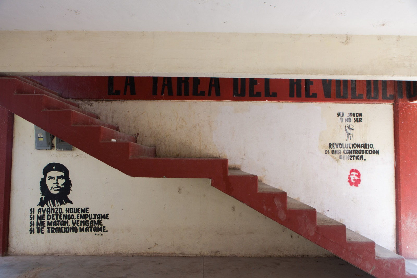 Stairways to classrooms in one of the school buildings. // Escaleras a los salones en uno de los edificios.