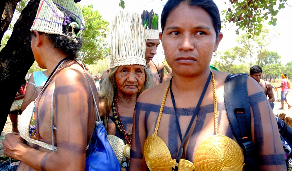 Maria Sibadi (C) - Xerente - Brazil   The Xerente live in the State of Tocantins and they are divided into 2 indigenous lands. A FUNASA study of 2010 recorded 3017 indigenous of this ethnicity. The first contact with non-indigenous was through Jesuit missions and through settlers that exploited the area still in the 18th century. In the 19th century the govern created military prisons where there was in their majority, Xerente and Xavante indigenous. Around 1940, after the separation of the Xavante, the Xerente were threatened by farmers and landlords from the region. The situation only got better when the IPS (Indian Protection Service) created 2 posts, after a complaint of the Ethnologist Curt Nimuendajú. They speak a dialect from the family Jê from the linguistic root Macro-Jê. The Xerente name was given by white men that were trying to differentiate them from other groups of the region, but their self denomination is Akwe. The rituals are a part of their everyday life. They have masculines ceremonies, nomination groups and age classes based on parental relations. Famous for their work with golden grass, they produce several types of handicraft items with this material like headdresses, skirts, handbags, purses, earrings, necklaces and bracelets.