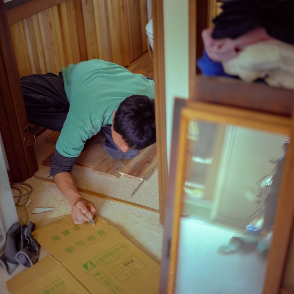 A Hamagurihama staff member helps build the project's guest house.
