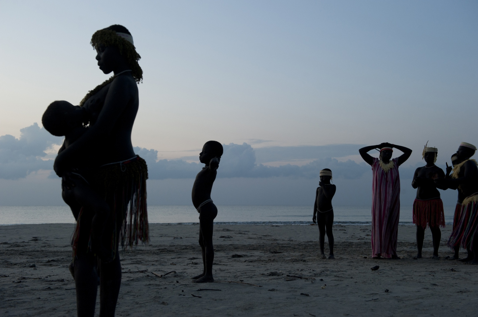 Art and Documentary Photography - Loading jarawa_beilvert_gather_on_the_beach_to_sing.jpg