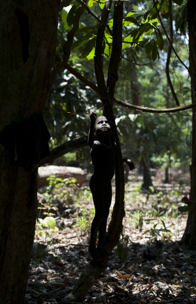 Art and Documentary Photography - Loading jarawa_beilvert_girl_near_a_tree.jpg