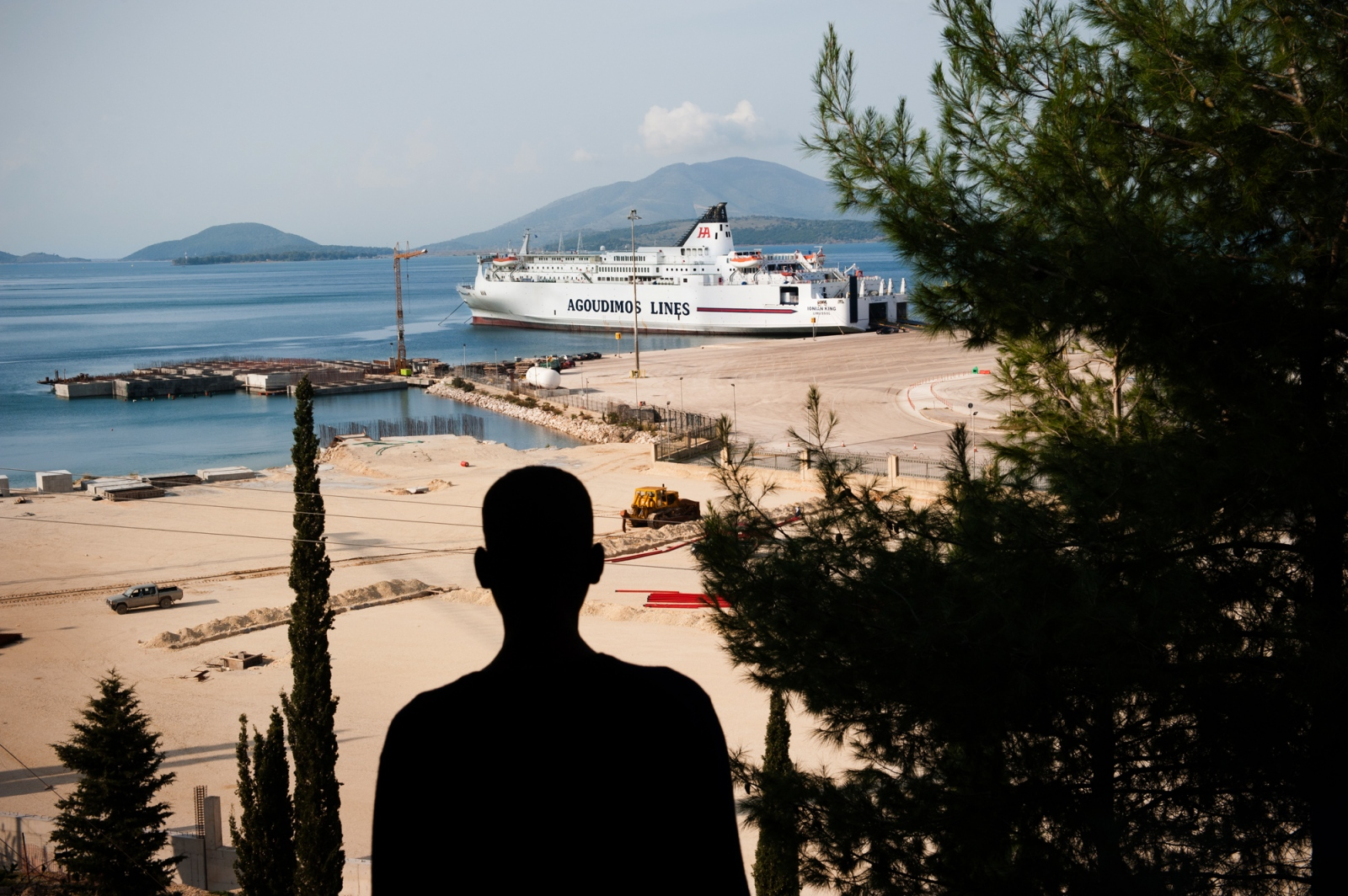 Art and Documentary Photography - Loading beilvert_erithrean_refugee_looking_at_a_ferry_boat_in_greece.jpg