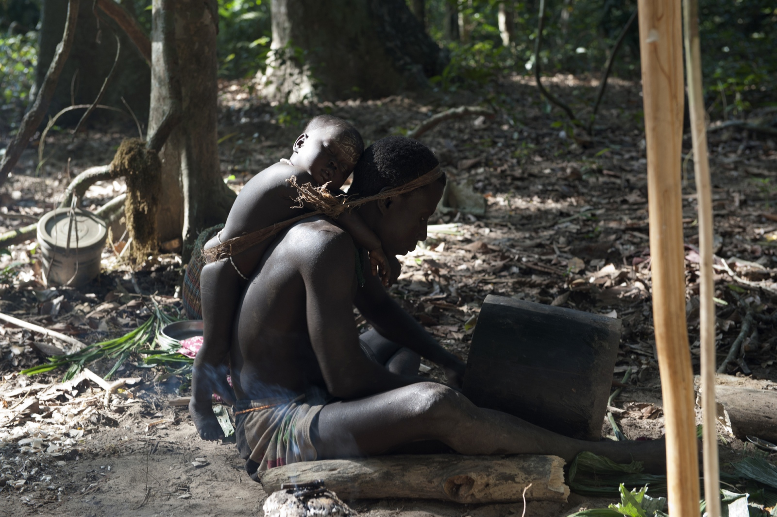 Art and Documentary Photography - Loading jarawa_beilvert_carving_a_pot.jpg