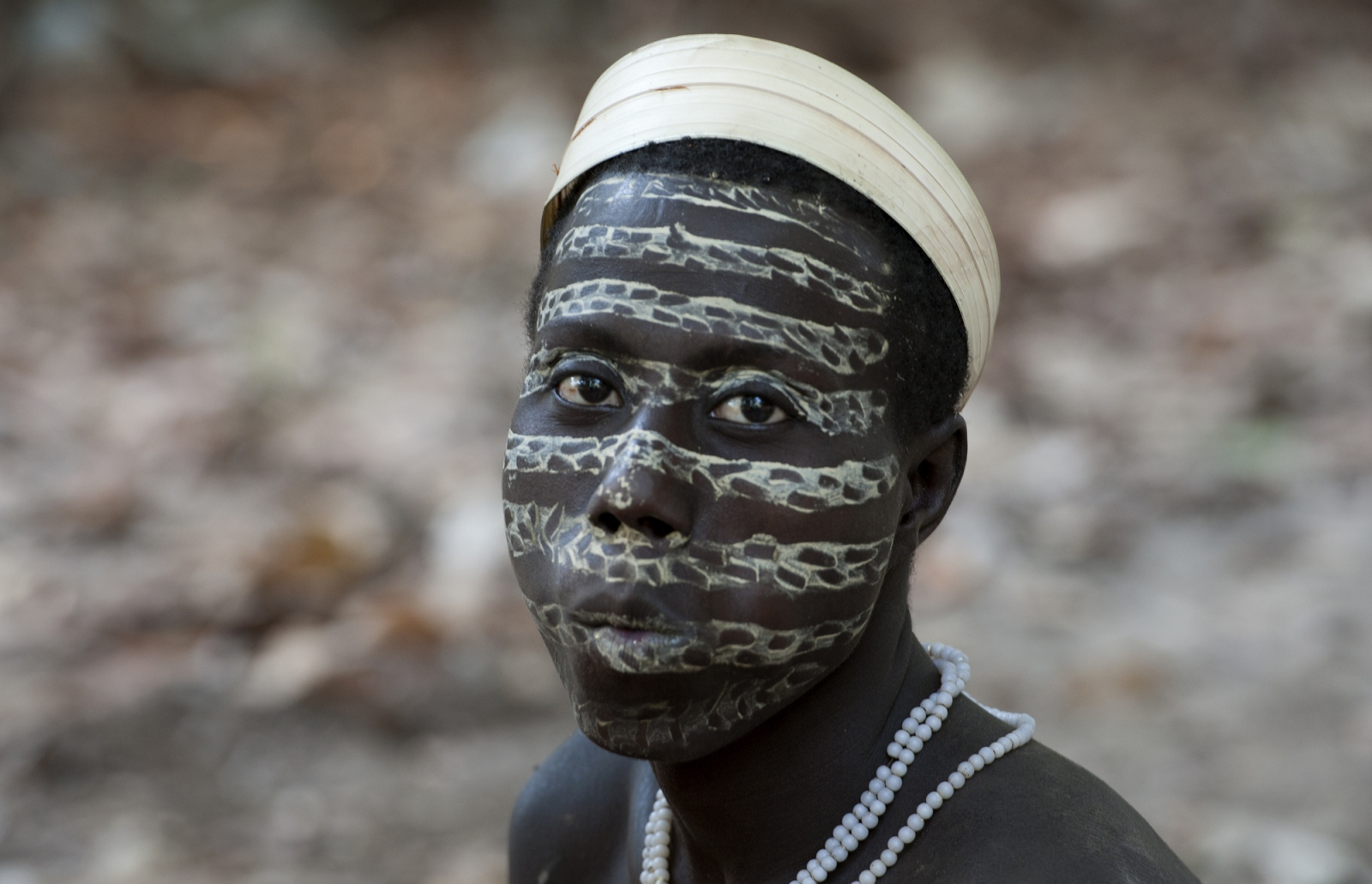 Art and Documentary Photography - Loading jarawa_beilvert_jarawa_man_make_up.jpg