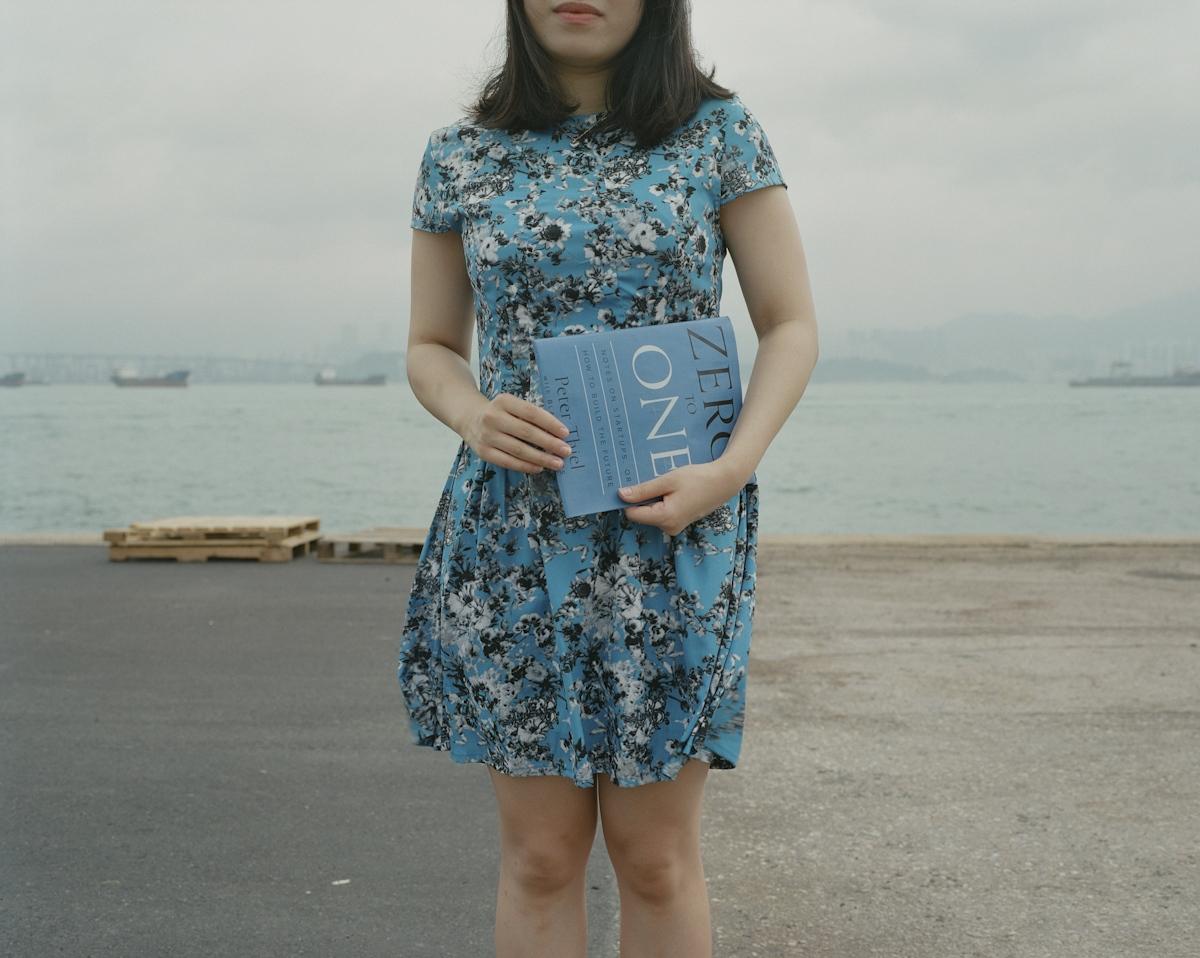 「改變國家的事情對個人來說太大了。」 林纾,1989年8月生於淅江 18歲那年,林紓離開家鄉寧波,來到香港,攻讀會計本科。這個中國特區讓她大開眼界。她第一次在網上看到有關天安門事件的「血腥」照片,看到學生在大學校園裡掛起一個人高的「殿」字,悼念六四事件。此前,林紓對這一場學生運動一無所知。 除了感到新奇以外,林紓對天安門事件「沒強烈看法」。她對政治抱中庸態度,或者說不感興趣。她父親是位商人,母親是公務員,「家裡一直避談政治,親戚都是這樣」。相比之下,林紓對商業更感興趣。大學畢業後,她在香港會計公司和銀行工作了3年,計劃明年拿到香港永久居民身份後,赴美國攻讀MBA。她對科技創新感到興奮,Paypal創始人的書From Zero to One給了她啟發。她正和一群朋友運營一個微信公眾號,分享年輕人在人生路上的有趣選擇。 「可能現在中國的小孩比較關注自己的成功、自己的生活、自己的幸福,對政府和社會的事沒那麼關心,而且政府的力量太大了,在中國沒有權貴的話,做不了什麼。」林紓說。