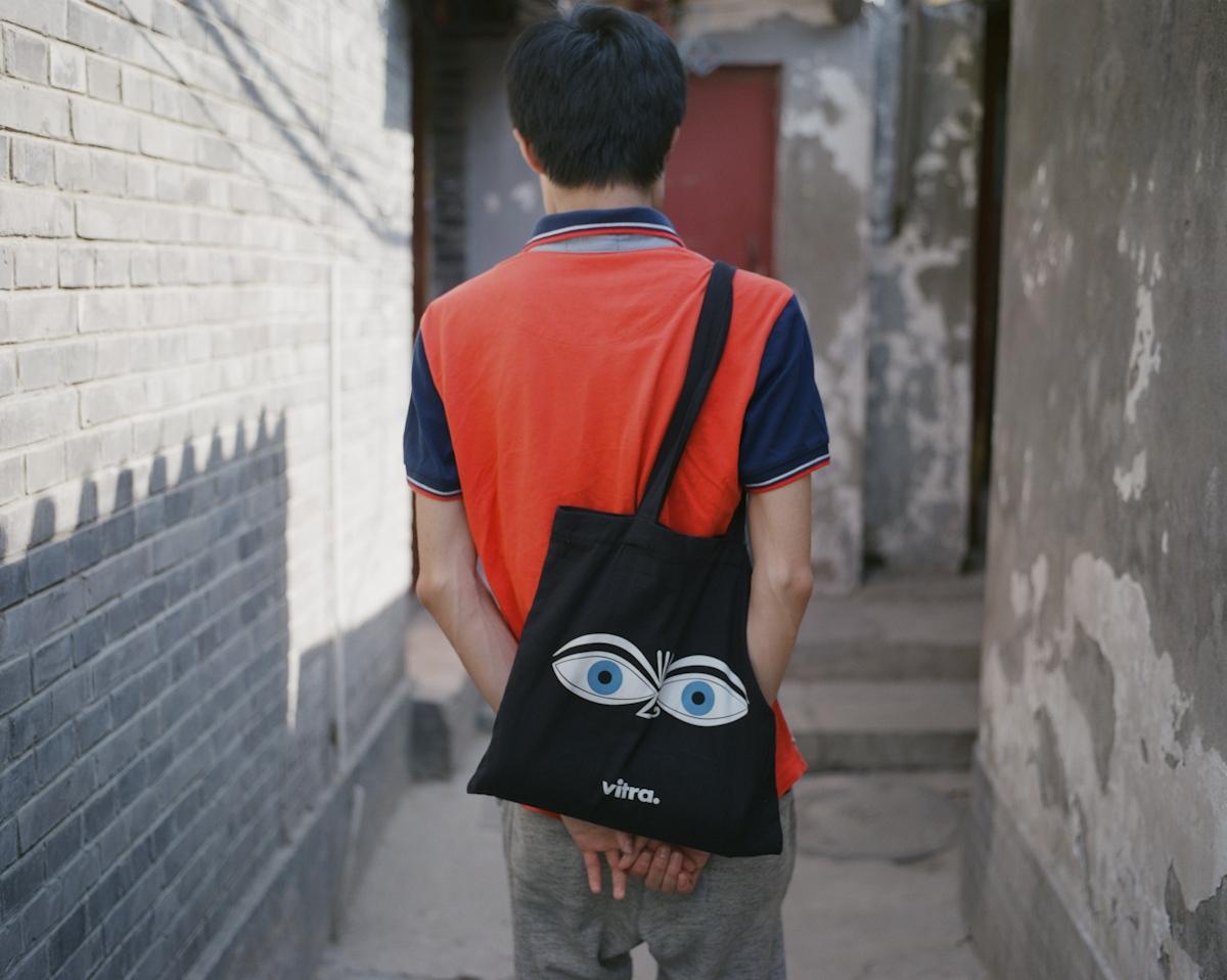 「作為青年人我肯定是同情青年人的。」 張希,1989年4月生於甘肅 張希性格內向,但聊起歷史和政治,就變得健談。大學時他研讀經濟,天天構思創業點子,後來接觸《南方週末》等傳媒,意識到中國問題的癥結在於長久形成的文化和制度。後來到香港讀研究生,專業是大中華研究,香港的秩序和社會制度讓他大開眼界。他很欣賞胡耀邦,爲當年學生運動的慘烈收場感到悲傷。他想像如果當年學生能夠與黨內改革派更好交流,鎮壓沒有發生,中國或許能走向漸進式民主。但歷史無法改寫,更難以預測。在目前高壓的中國現實下,張希覺得許多事情「可以關注,但要保持一定距離」。他即將讀政治學博士,希望寫一本可以留存的書,更好地理解中國。