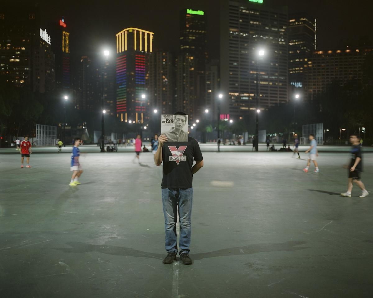 「到了墻外,就很難回到墻外了。」 黃天海,1989年4月生於安徽  黃天海喜歡西方文化,中學時聽Beatles,BobDylan,自組樂隊,在老師眼裡是反叛小伙。大學時他選讀英語,後來到香港讀翻譯專業的研究生,目前留港工作。他很喜歡香港,這裡有他在國內找不到的自由。每年他都到維園參加六四晚會,去年與朋友一起佔中。他不知道個人到底能改變什麼,只能提醒自己「看待任何事情都不要冷嘲熱諷」。未來他希望走得更遠,到日本或美國生活,不再回到中國大陸。
