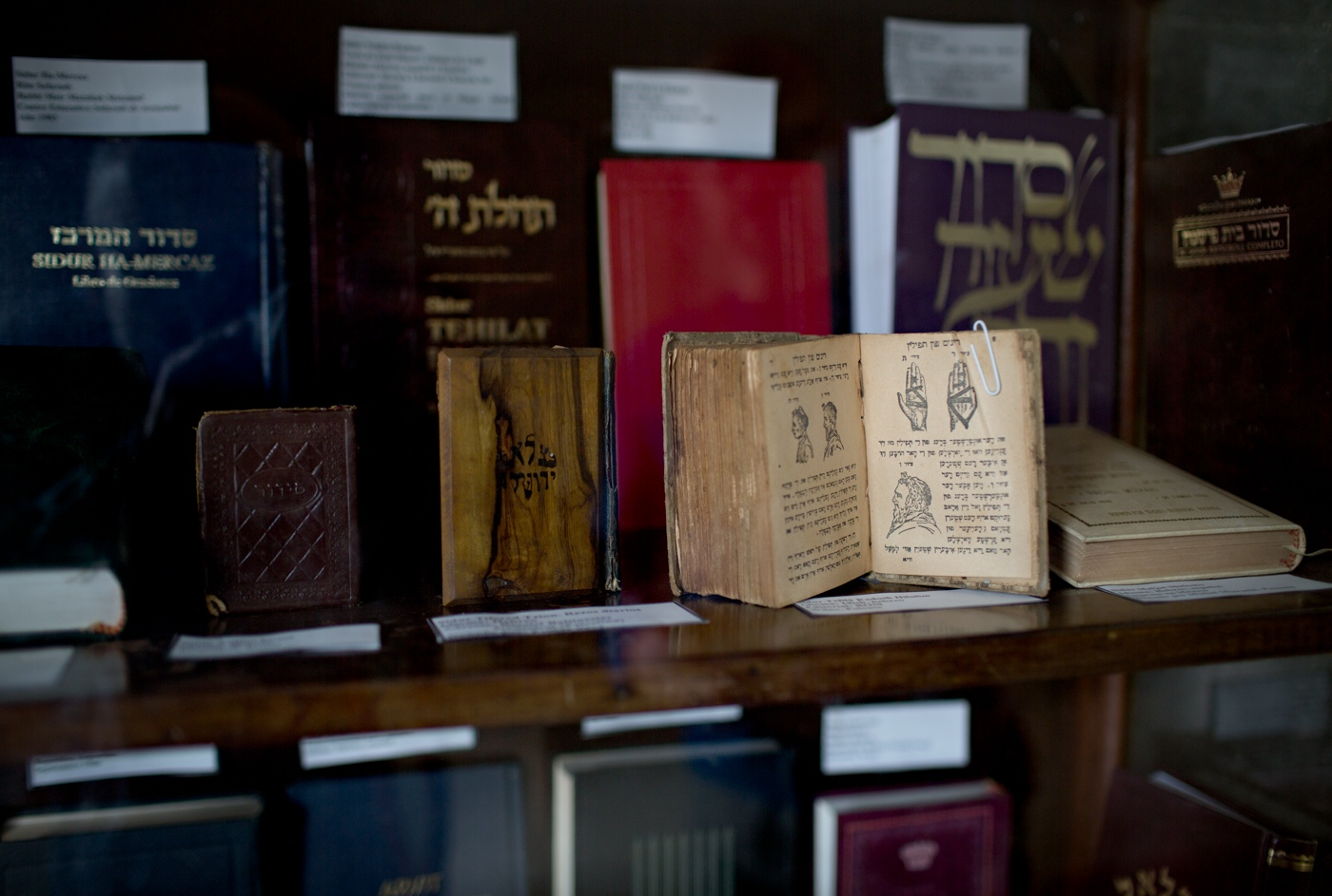 All three major religious faiths (Christianity, Judaism and Islam) are represented in Cuba. There is one synagogue in Havana for the approximately 1000 Jewish people now living in Havana.