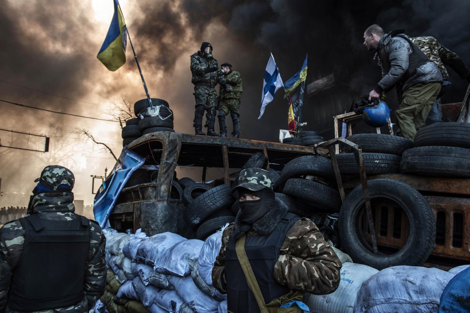 Art and Documentary Photography - Loading Behind_Kiev_s_barricades_001.jpg