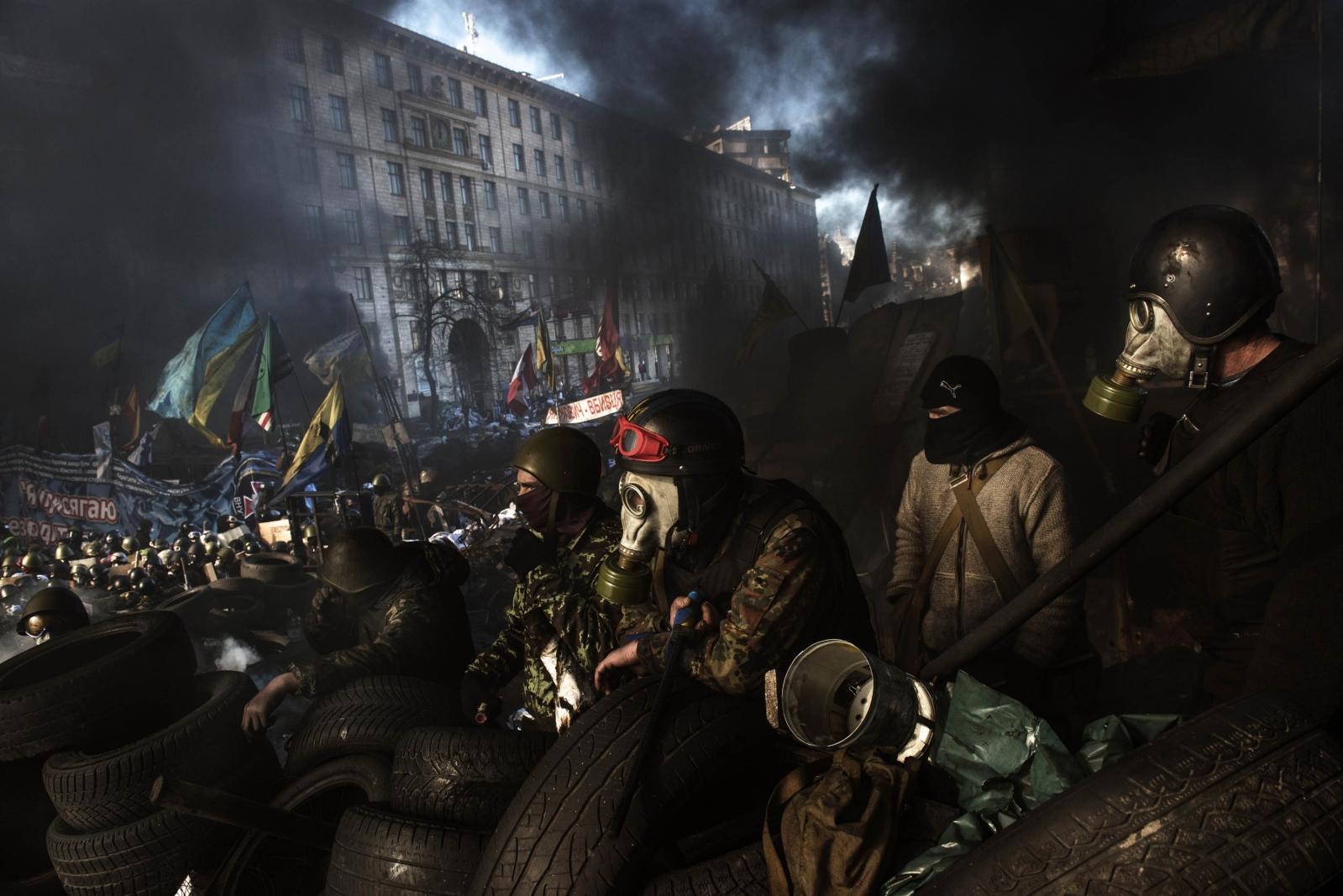 Art and Documentary Photography - Loading Behind_Kiev_s_barricades_002.jpg