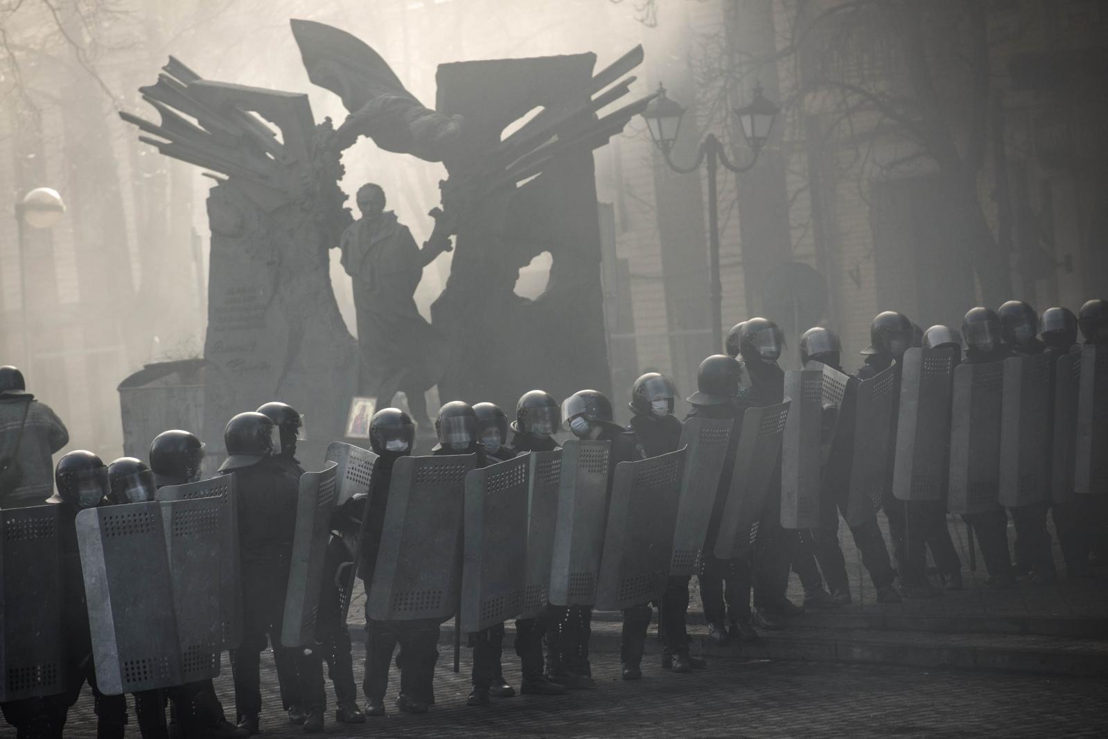 Art and Documentary Photography - Loading Behind_Kiev_s_barricades_004.jpg