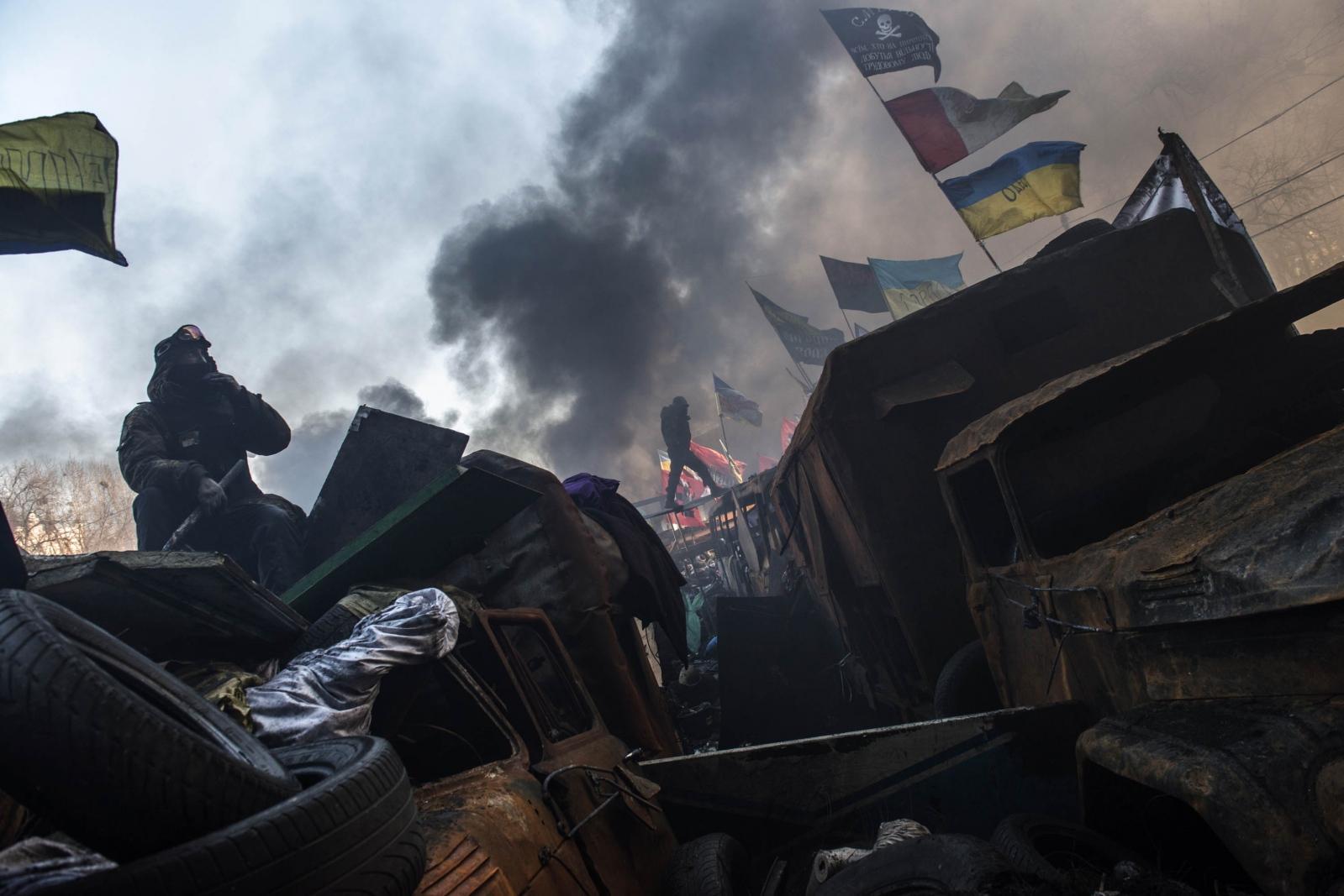 Art and Documentary Photography - Loading Behind_Kiev_s_barricades_005.jpg