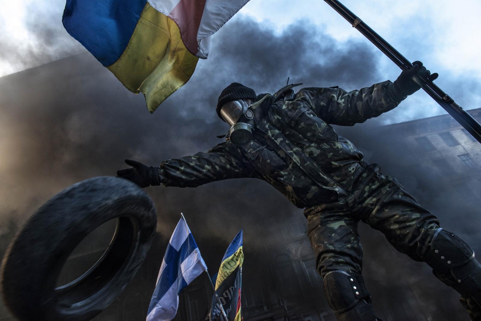 Art and Documentary Photography - Loading Behind_Kiev_s_barricades_006.jpg