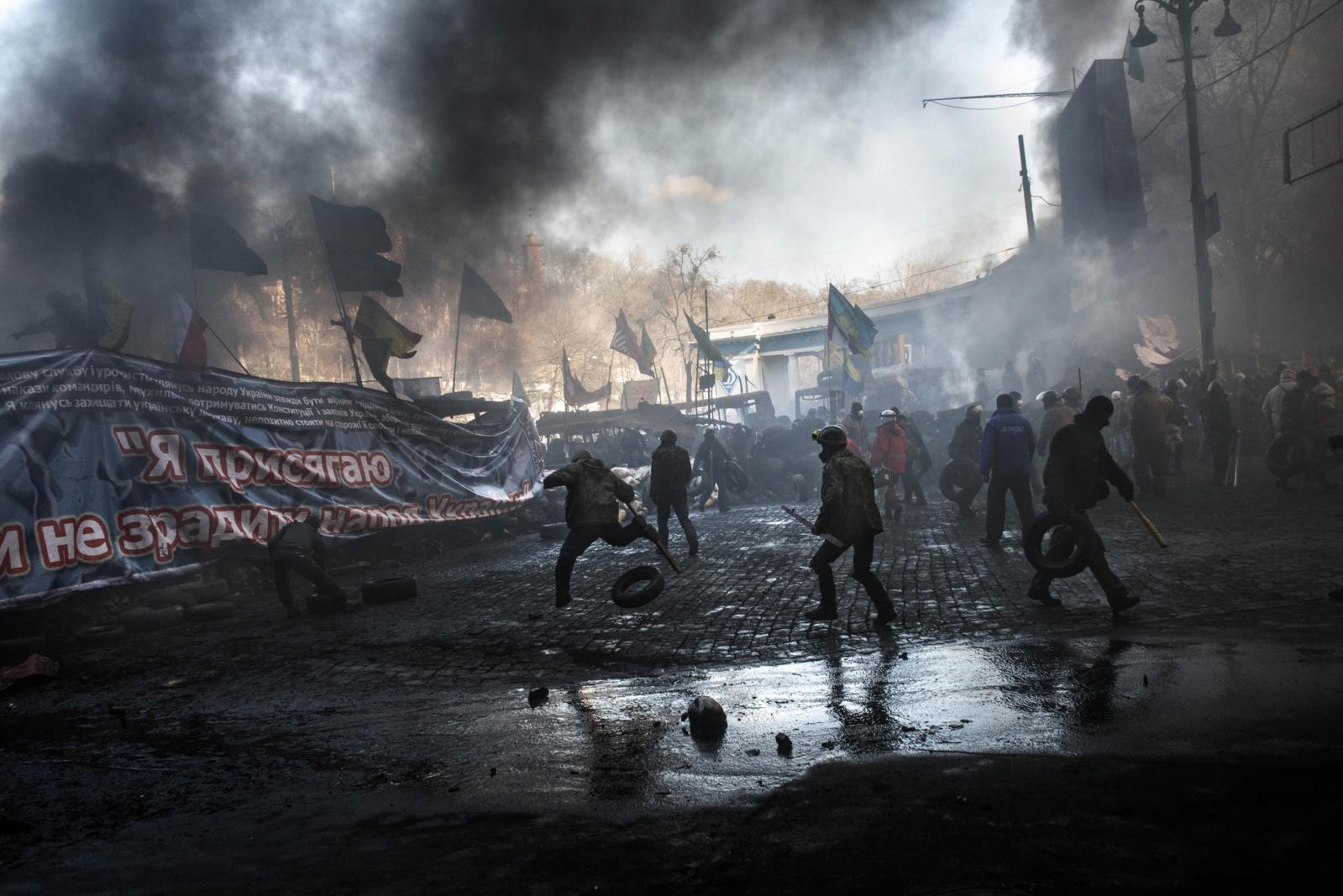 Art and Documentary Photography - Loading Behind_Kiev_s_barricades_007.jpg