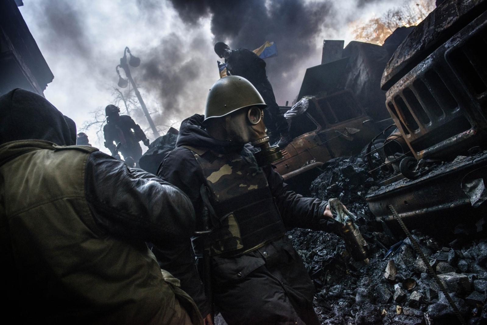 Art and Documentary Photography - Loading Behind_Kiev_s_barricades_008.jpg