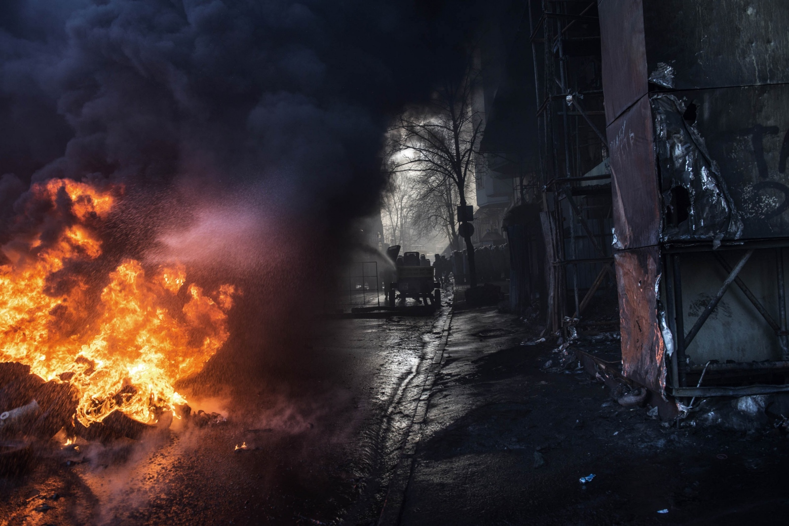 Art and Documentary Photography - Loading Behind_Kiev_s_barricades_010.jpg