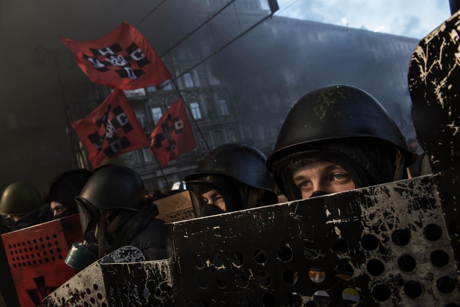 Art and Documentary Photography - Loading Behind_Kiev_s_barricades_012.jpg