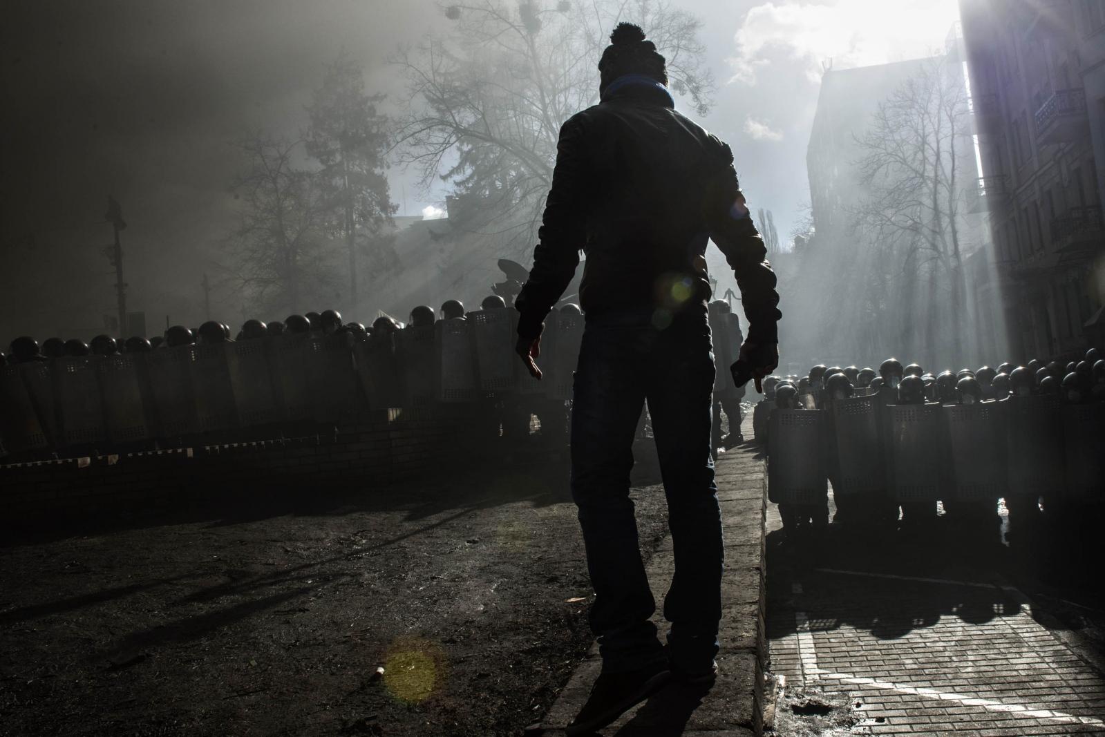 Art and Documentary Photography - Loading Behind_Kiev_s_barricades_013.jpg