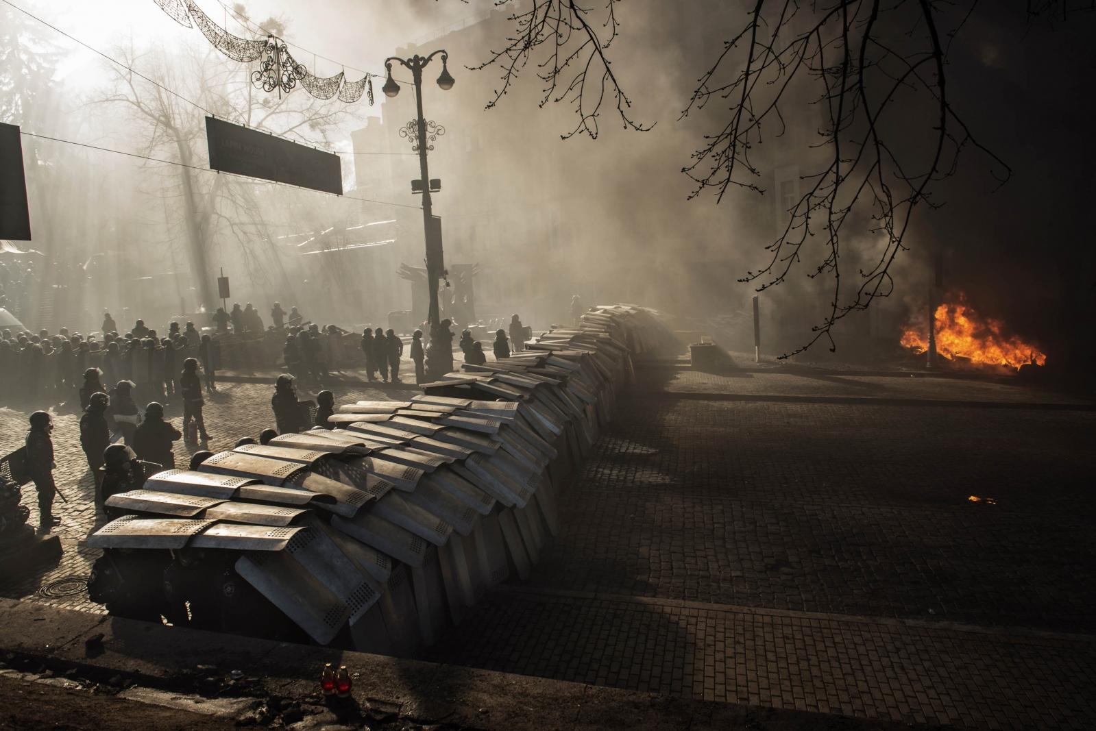 Art and Documentary Photography - Loading Behind_Kiev_s_barricades_014.jpg