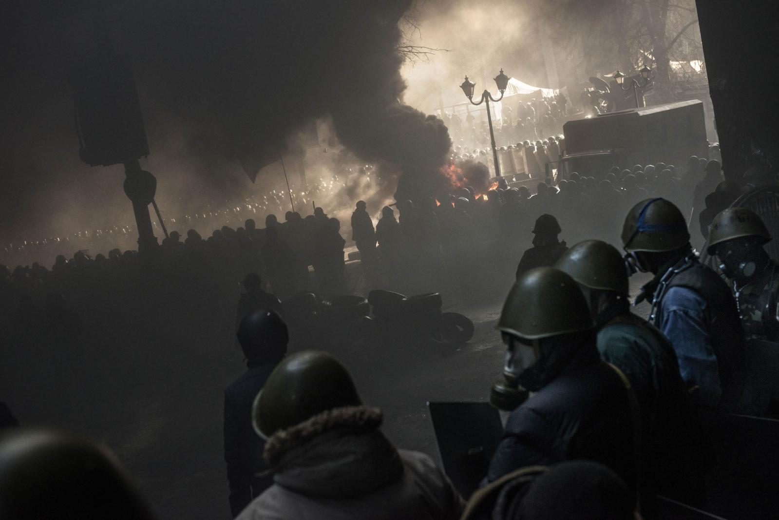 Art and Documentary Photography - Loading Behind_Kiev_s_barricades_016.jpg