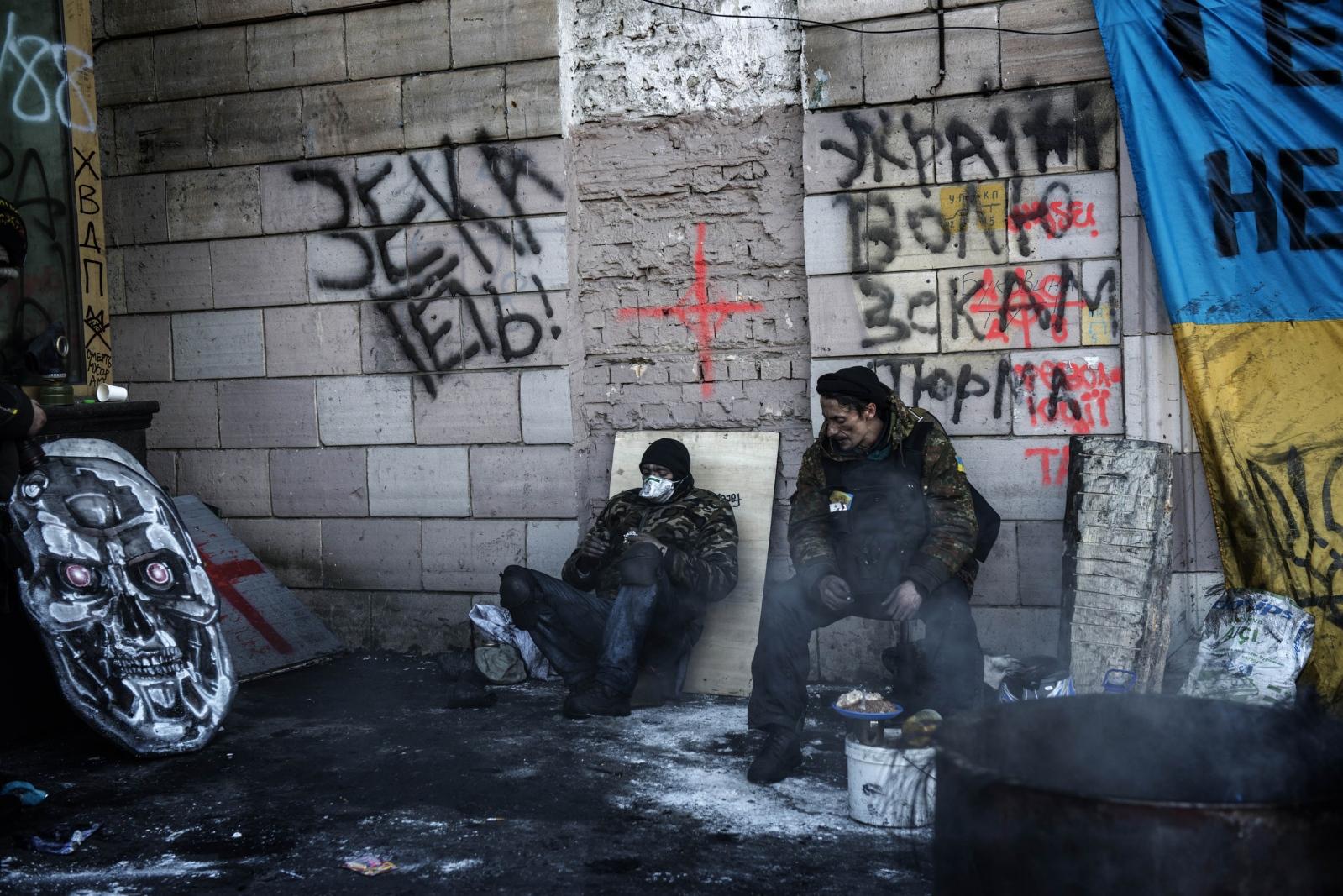 Art and Documentary Photography - Loading Behind_Kiev_s_barricades_022.jpg