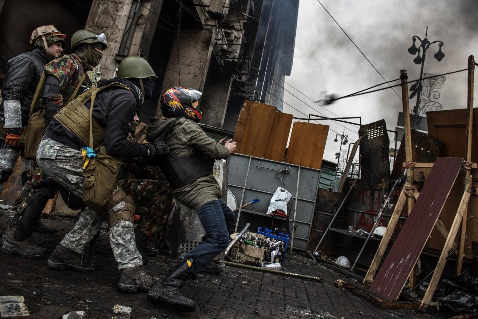 Art and Documentary Photography - Loading Behind_Kiev_s_barricades_028.jpg