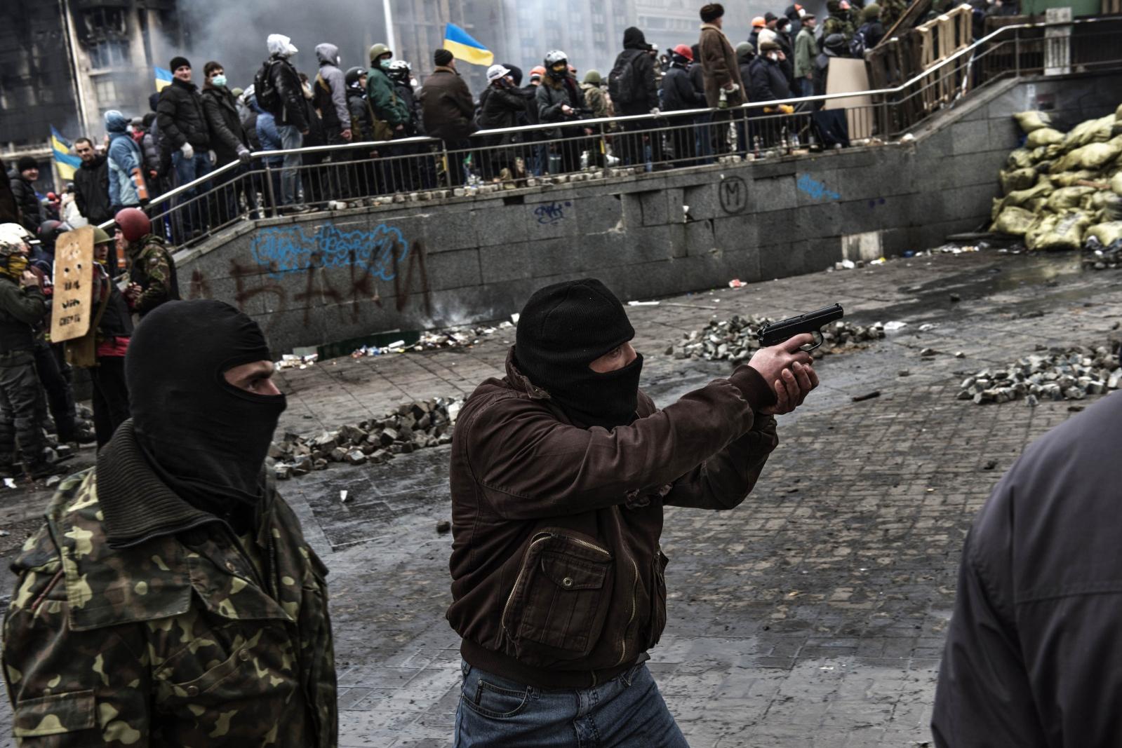 Art and Documentary Photography - Loading Behind_Kiev_s_barricades_030.jpg