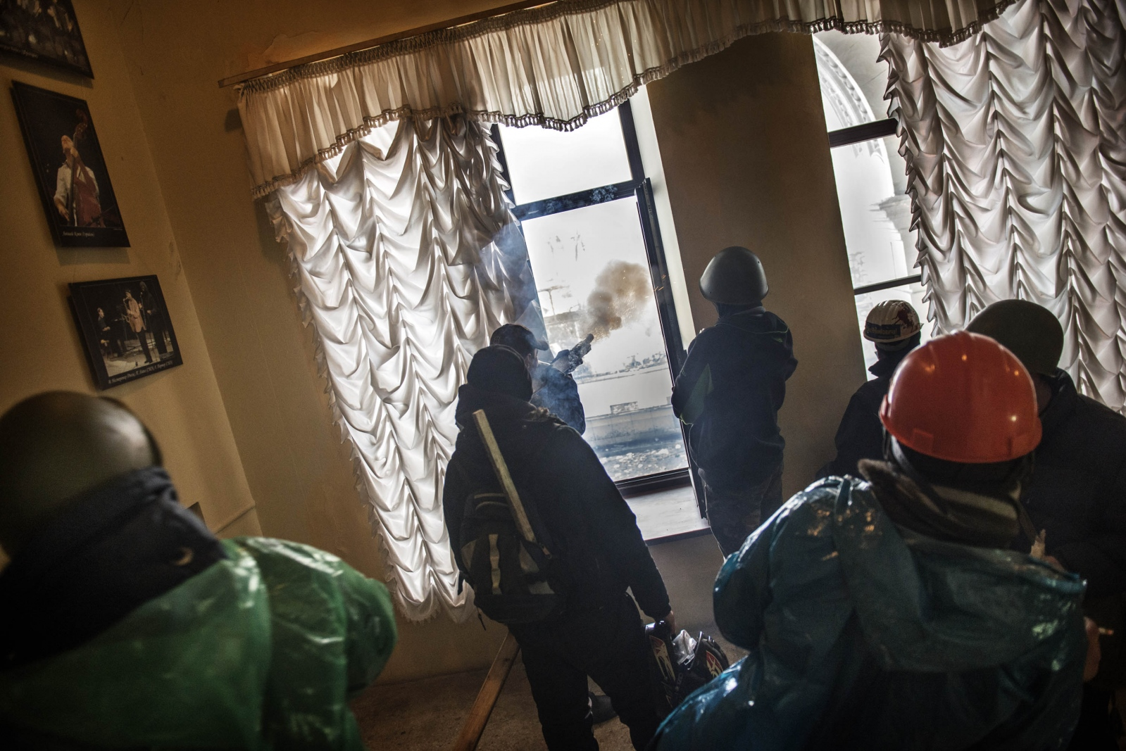 Art and Documentary Photography - Loading Behind_Kiev_s_barricades_034.jpg