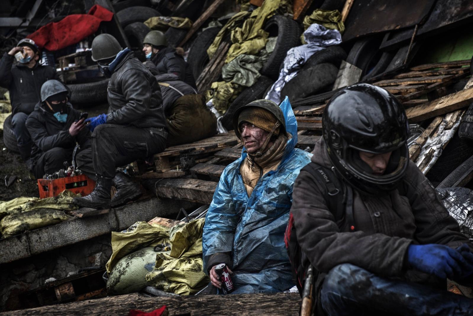 Art and Documentary Photography - Loading Behind_Kiev_s_barricades_044.jpg