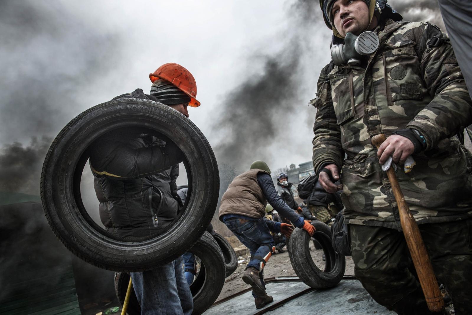 Art and Documentary Photography - Loading Behind_Kiev_s_barricades_049.jpg