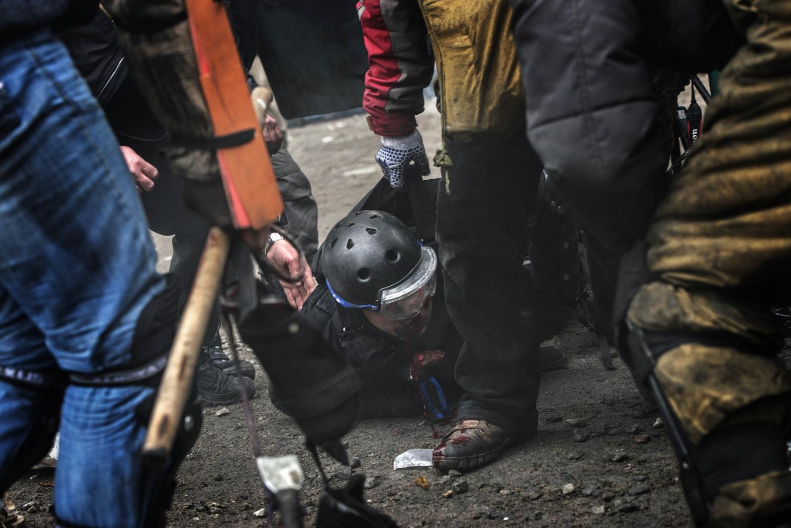 Art and Documentary Photography - Loading Behind_Kiev_s_barricades_054.jpg