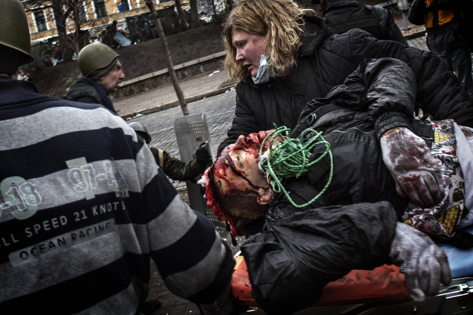 Art and Documentary Photography - Loading Behind_Kiev_s_barricades_060.jpg