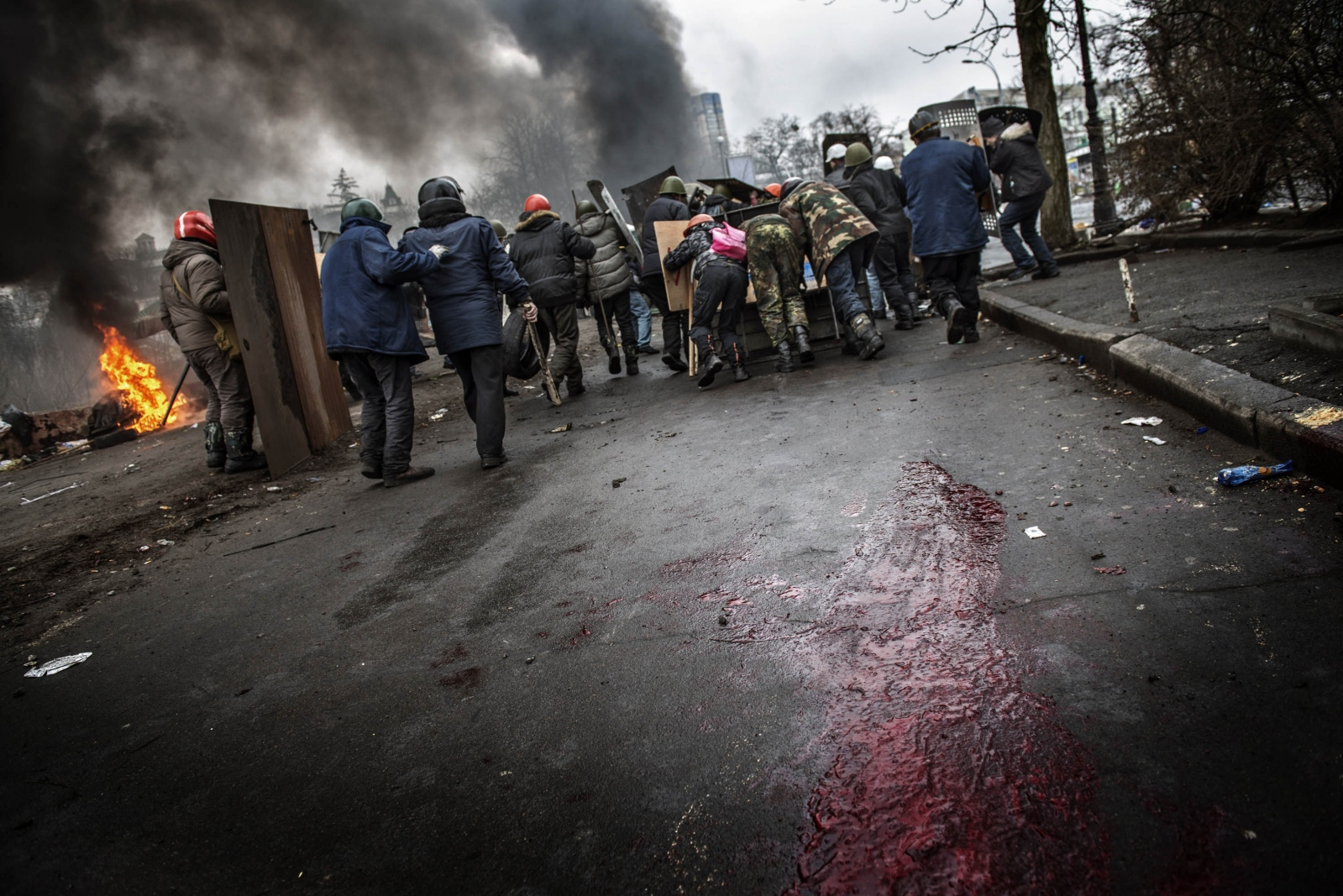 Art and Documentary Photography - Loading Behind_Kiev_s_barricades_061.jpg