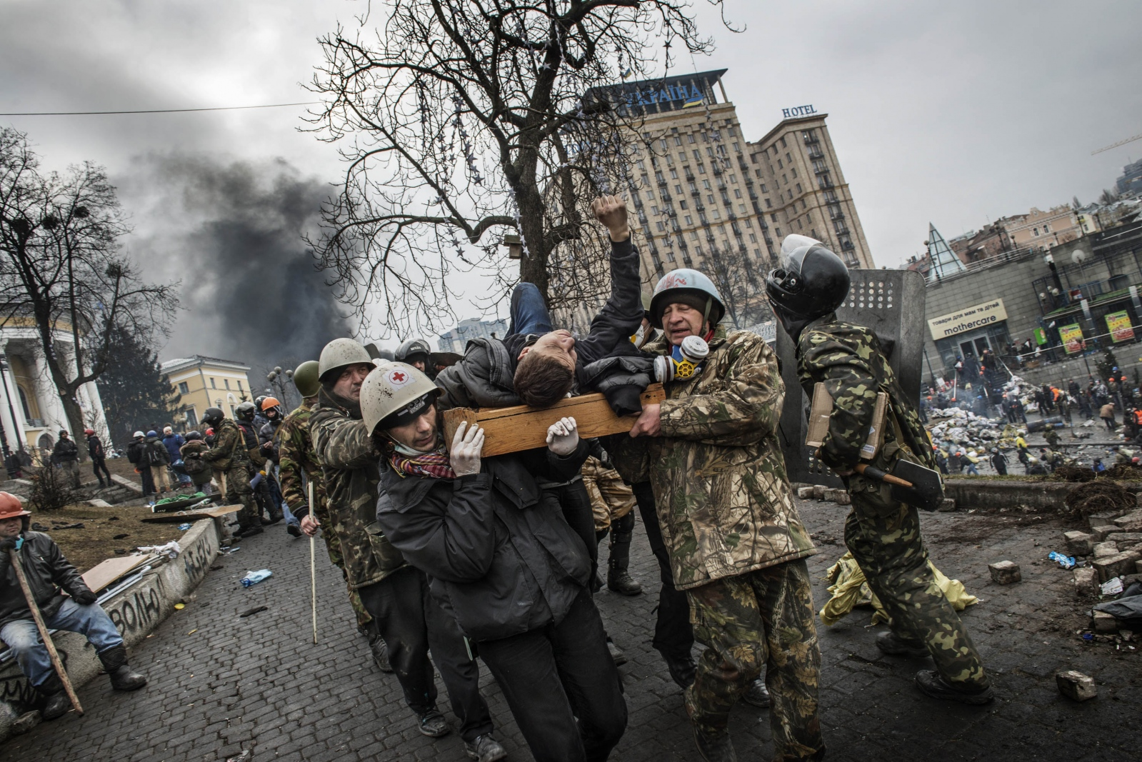 Art and Documentary Photography - Loading Behind_Kiev_s_barricades_064.jpg