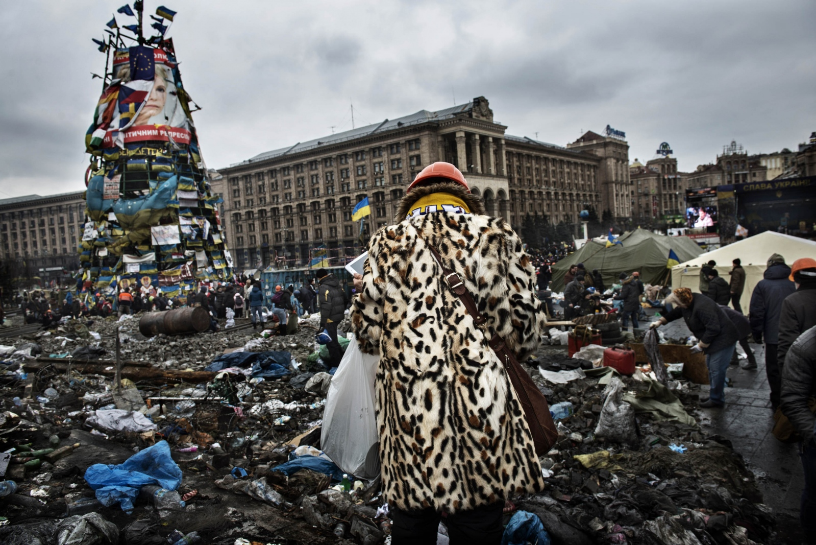 Art and Documentary Photography - Loading Behind_Kiev_s_barricades_072.jpg