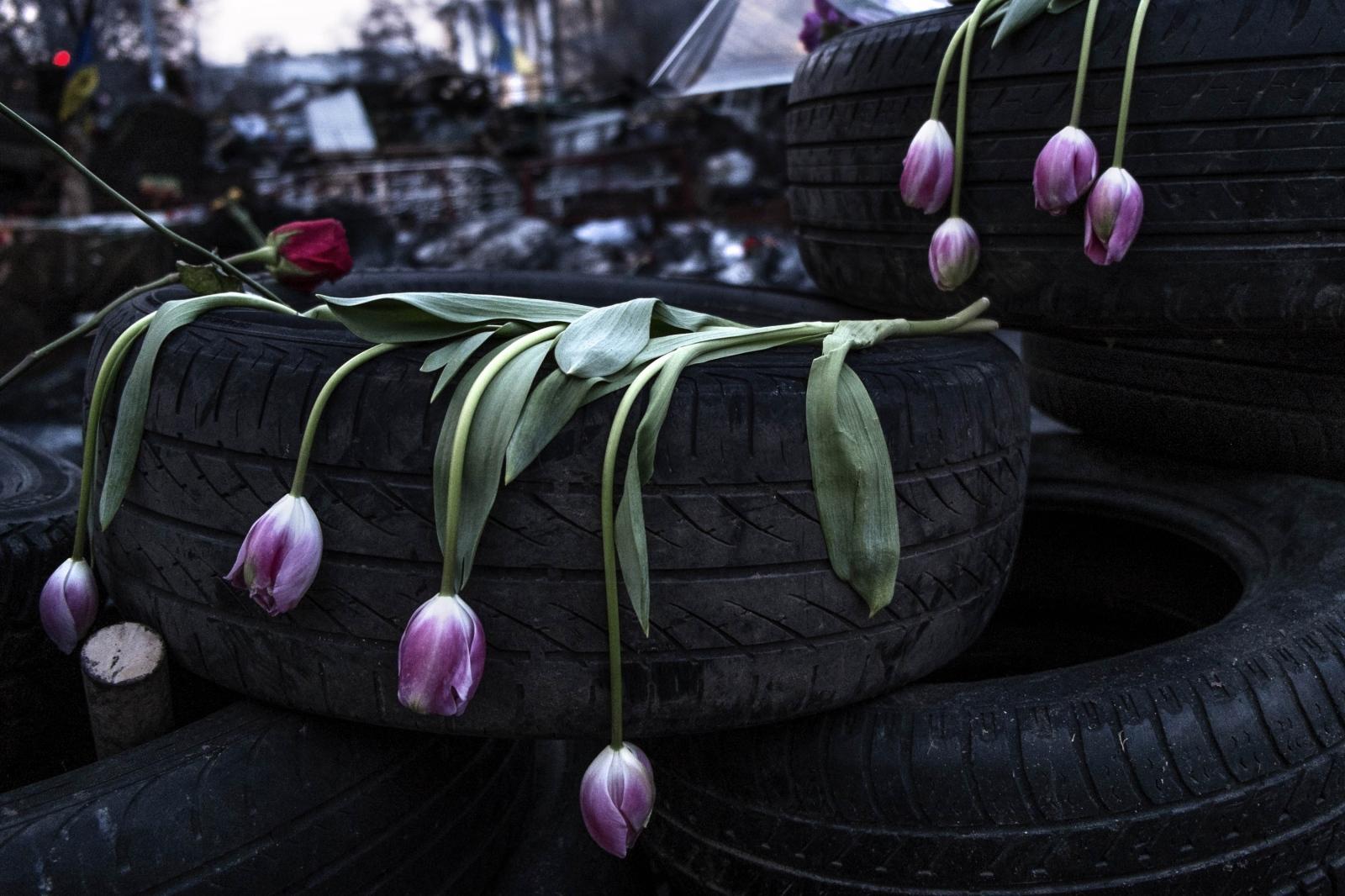 Art and Documentary Photography - Loading Behind_Kiev_s_barricades_084.jpg
