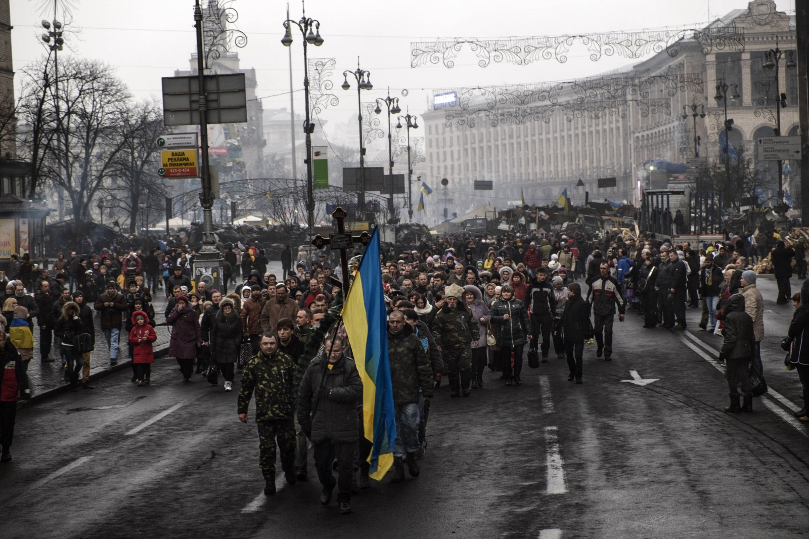 Art and Documentary Photography - Loading Behind_Kiev_s_barricades_086.jpg