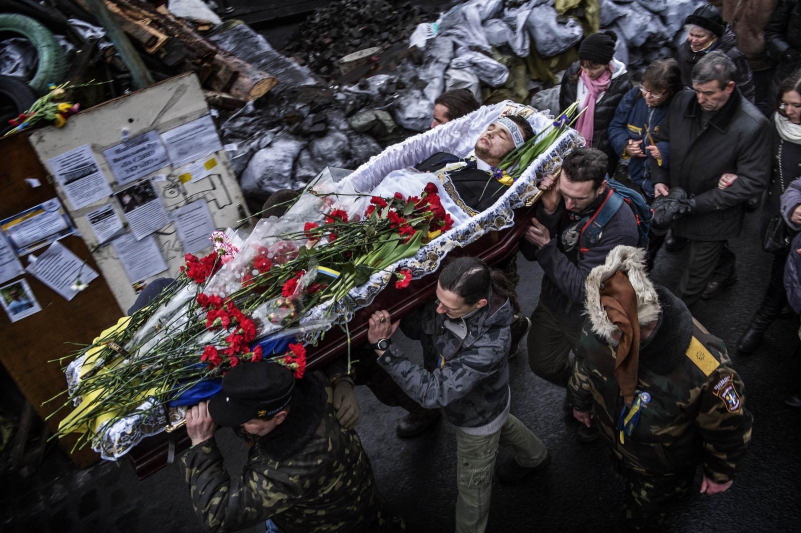 Art and Documentary Photography - Loading Behind_Kiev_s_barricades_089.jpg