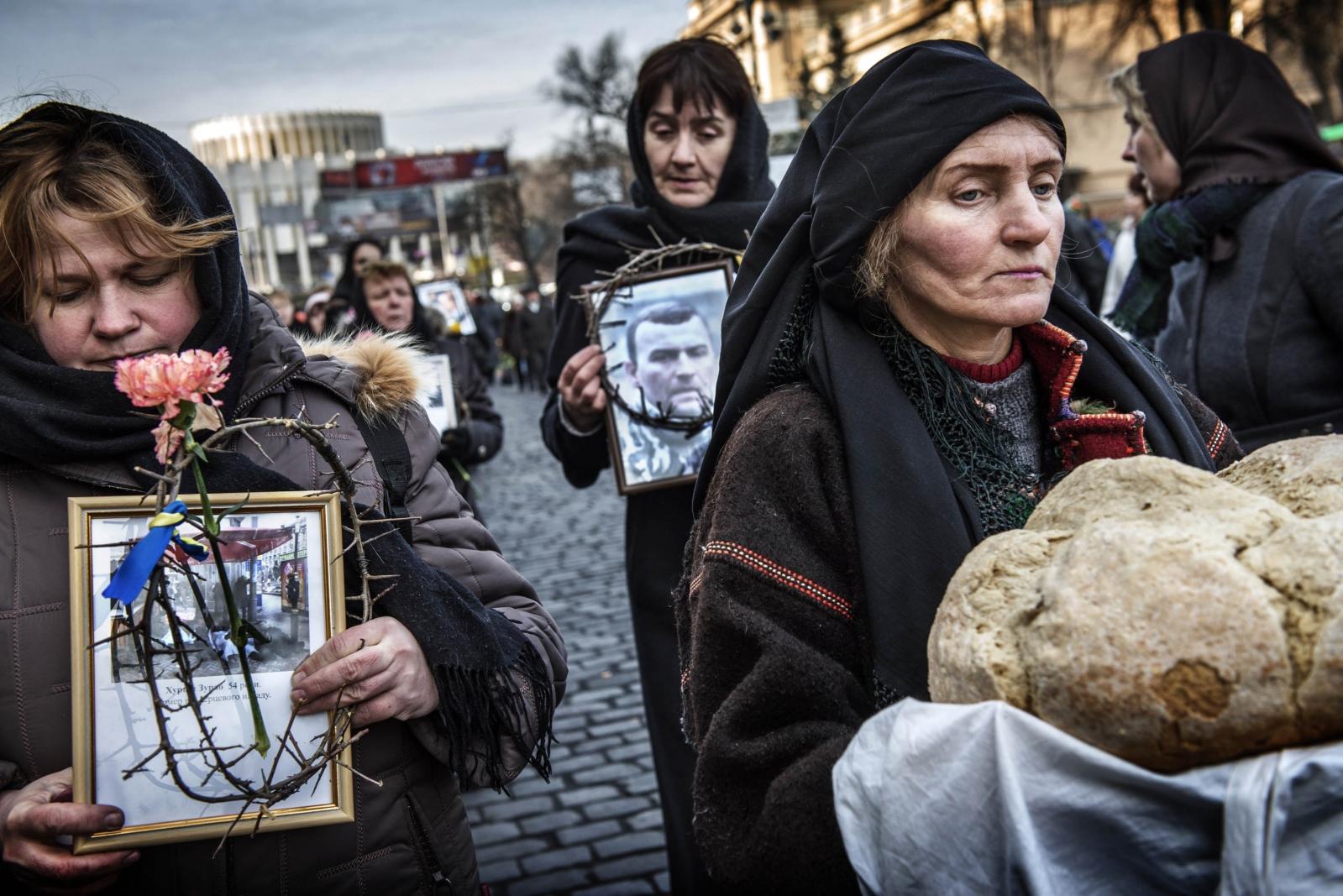 Art and Documentary Photography - Loading Behind_Kiev_s_barricades_099.jpg