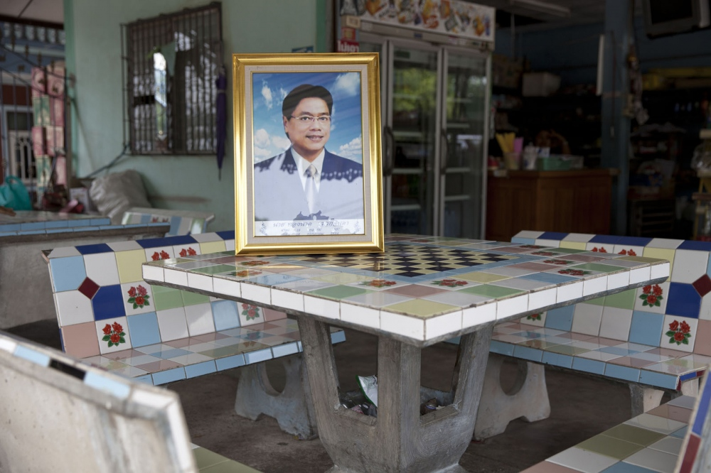 Thongnak SAWEKCHINDA Mr Thongnak Sawekchinda, 47, was shot 9 times whilst sitting outside his home on 28 July 2011 in Samut Sakhon town. Thongnak had led villagers in Ban Phaeo and Krathum Baen districts in high-profile protests against air pollution including dust and fumes which was coming from coal depots and separation factories.