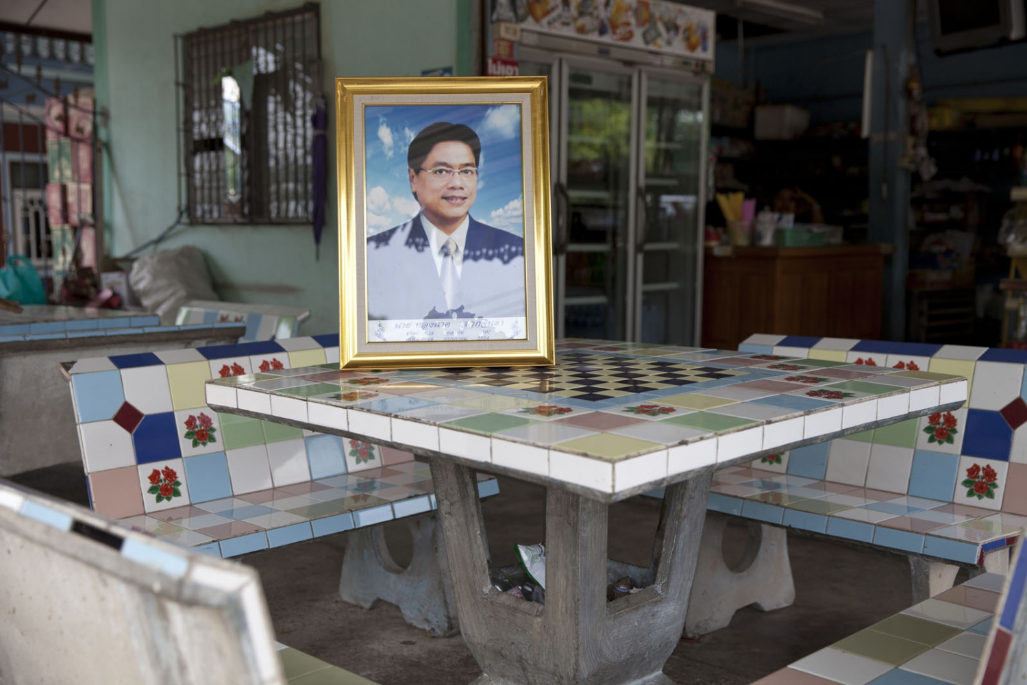 Thongnak SAWEKCHINDA Mr Thongnak Sawekchinda, 47, was shot 9 times whilst sitting outside his home on 28 July 2011 in Samut Sakhon town. Thongnak had led villagers in Muang, Ban Phaeo, and Krathum Baen districts in high-profile protests against air pollution including dust and fumes which was coming from coal depots and separation factories.