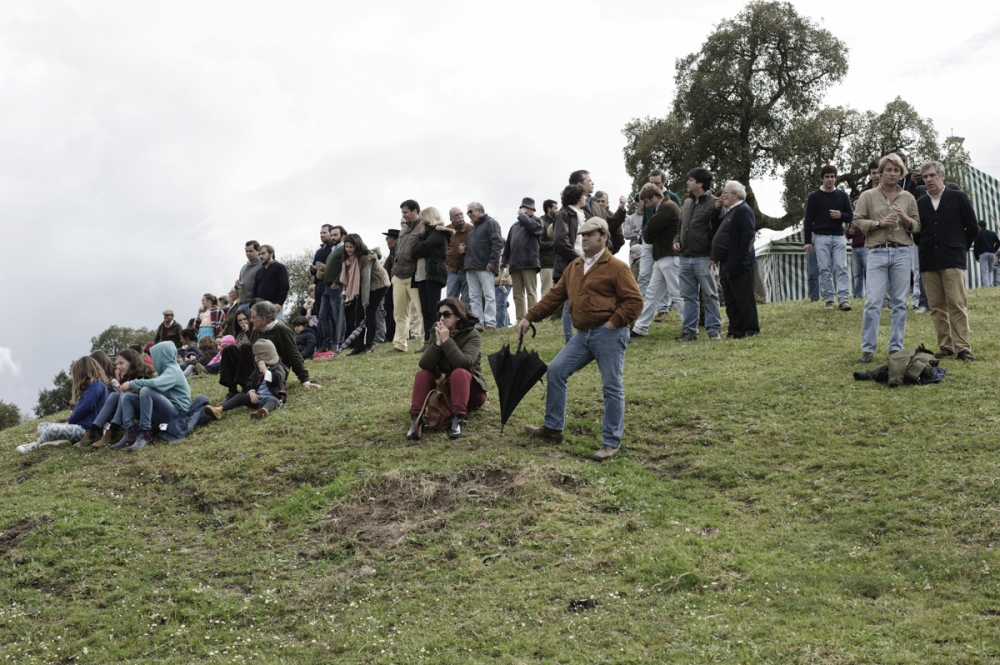 Malhada Alta. People watch an informal corrida during the private party of the forcados of Santarem.