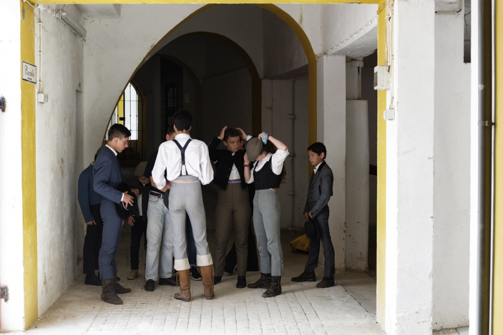 Moita. Young students of the bullfight school team up before an open class where they will be challenge veals.