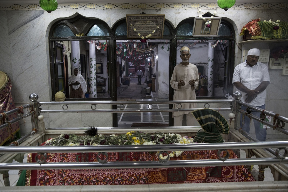 Local Sidi people come to evening prayer at the Sayed Kamaluddin Magribi Shrine in Dadar in Mumbai.The shrine is a tribute to the Sidi patron saint Bava Gor and is one of a handful of Sidi Bava Gor Shrines throughout Mumbai. Mumbai, India